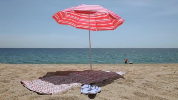 Mat és a flip papucs a napernyő alatt
