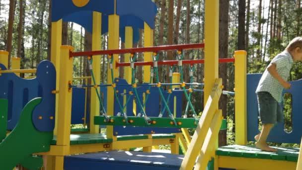 Kind in öffentlicher Spielplatz spielen