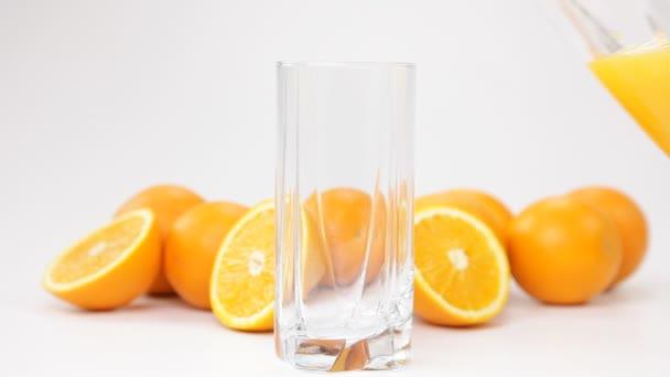 nalil do sklenice pomerančové šťávy