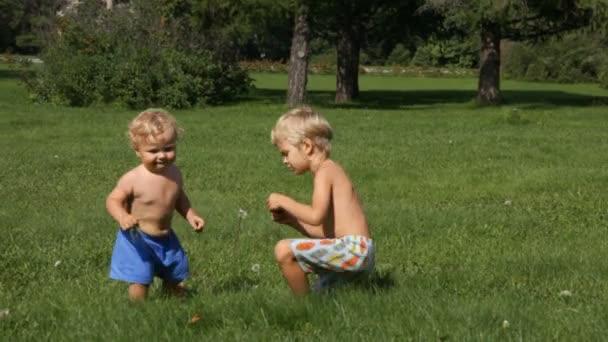 due ragazzini, giocando in giardino