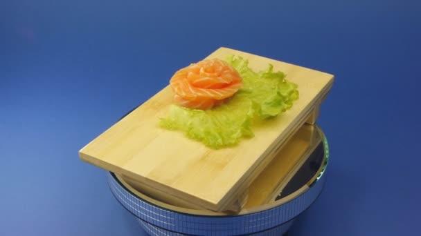 Finom sushi tekercs a fából készült lemez