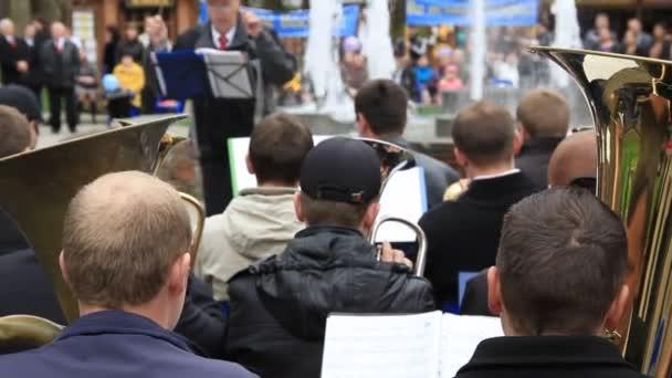 Dechový orchestr hrají v parku