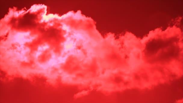 světle červená obloha s time-lapse růžové obláčky