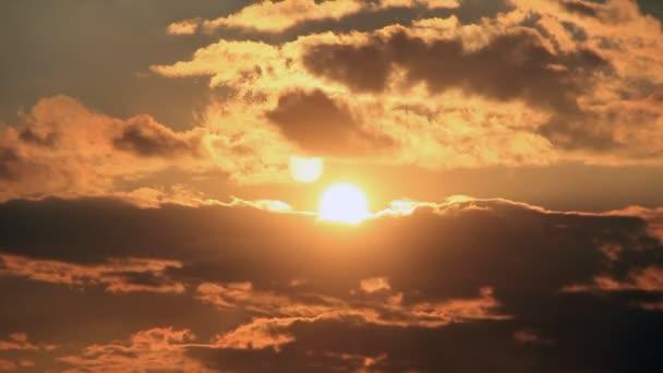 slunce na teplé obloze mraky