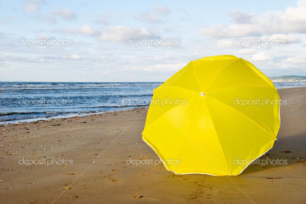 Sombrilla amarilla en la playa fotos de stock ivonnewierink 13472088 - Sombrilla playa ...