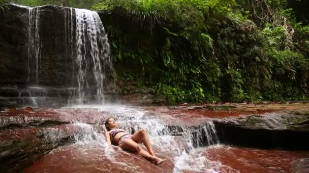 Szexi lány bikini vízesés, folyón fekve