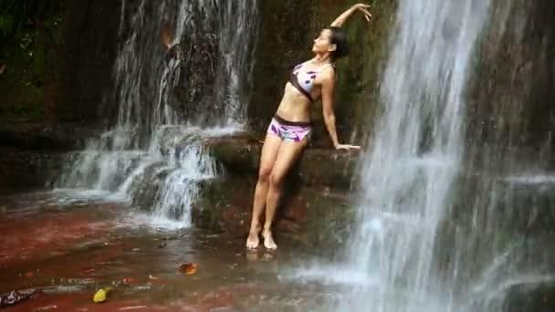 sexy tanečnice na vodopád v deštných pralesů Bornea