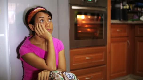 zábavný žena vaření v kuchyni, jíst jídla