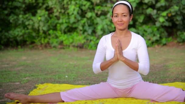 Szabadtéri jóga meditáció gyakorlása a természetben