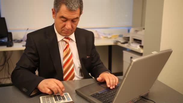 podnikatel používat přenosný počítač v kanceláři, výpočet