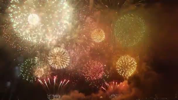 Feuerwerk über Meer in der Nacht