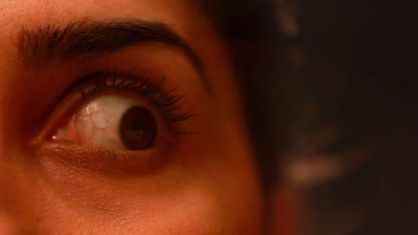 fiatal nő őrült szemek