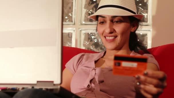 fiatal nő vásárol online-val hiteletek kártya