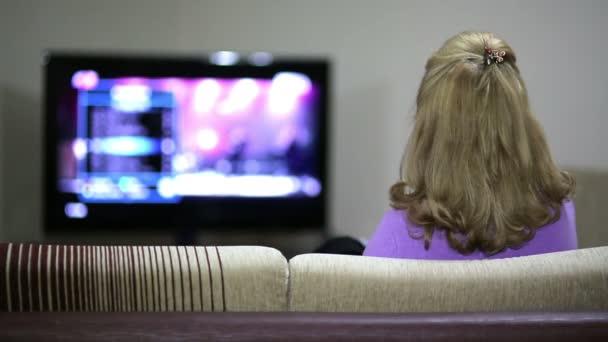 starší žena, sledování televize