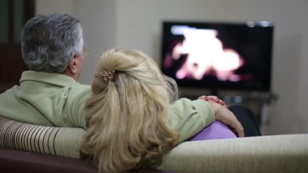 Idősebb pár, tévénézés