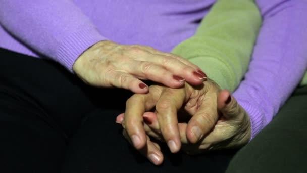 starší pár, které se drží ruce