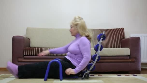 starší žena výkonu před tv