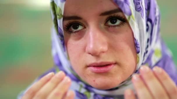 Muzulmán lány, mondván, ő mindennapi salat ima