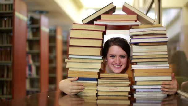 studentka přes dům tvarovaný Stoh knih