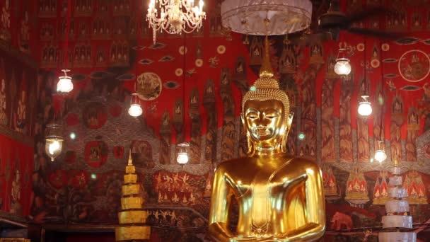 obří Zlatá socha Buddhy