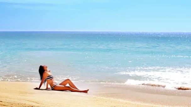 Szexi ázsiai lány egzotikus strandon, napozás és szolárium