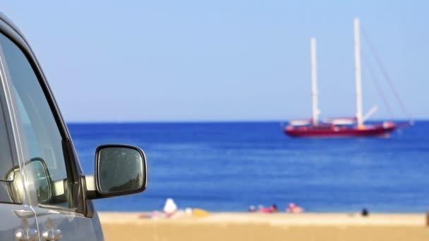auto s výhledem na plachetnice