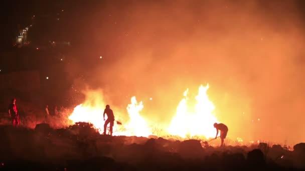 Hasiči v noci lesní požár