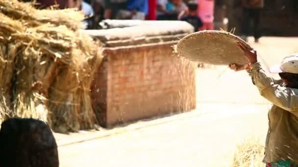 místní žena prosévání, Bhaktapuru