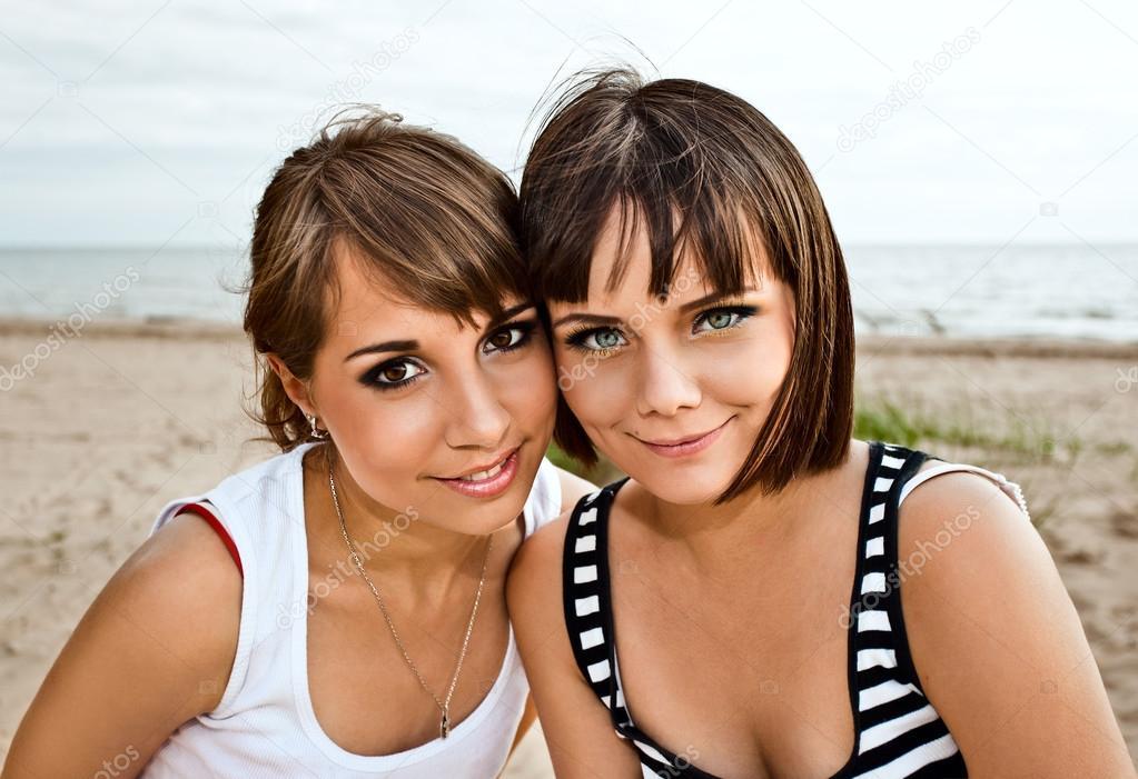 Две молодые подруги на видео