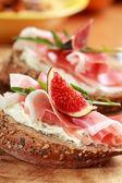 Fotografia panino con prosciutto e caprino formaggio
