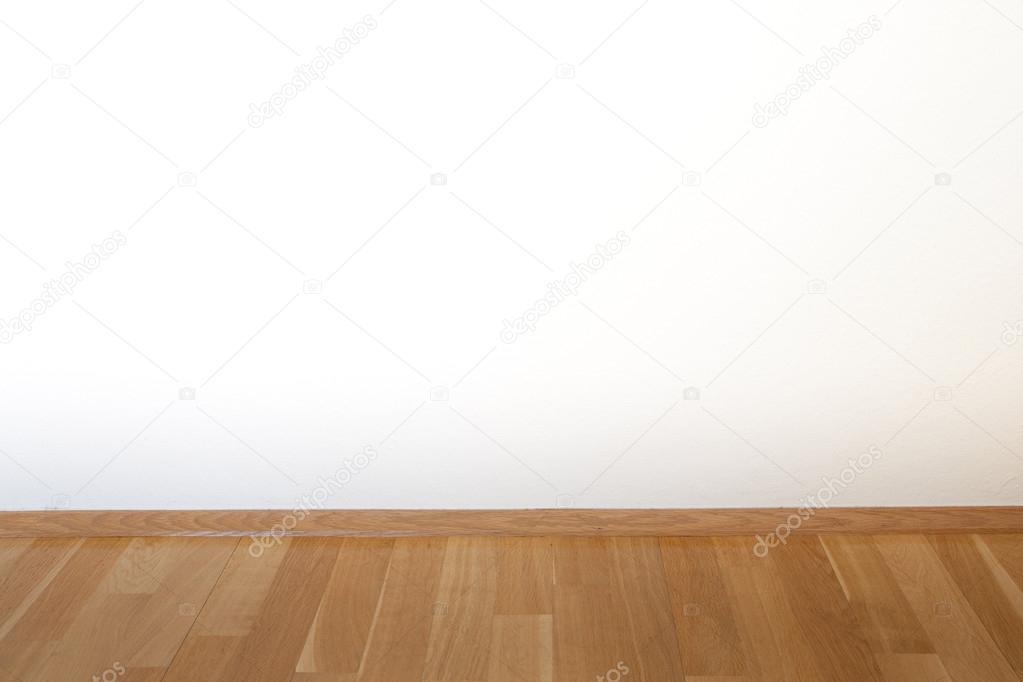 Limpiar el vacío interior con pared blanca y suelo rústico madera ...