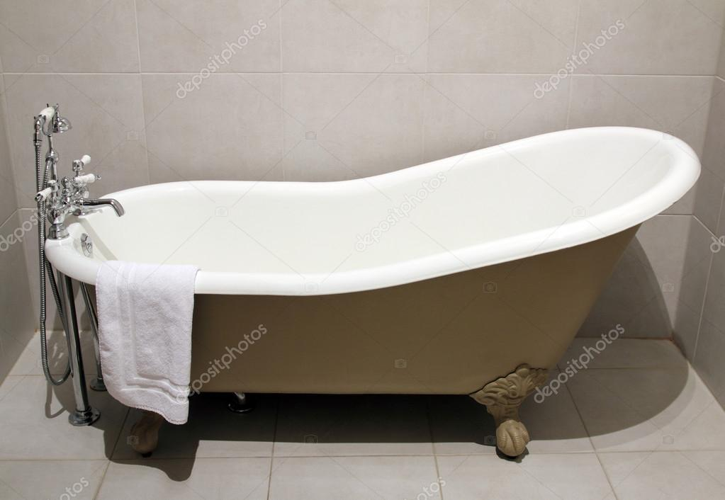 Vasca Da Bagno Metallo : Vasca da bagno vecchio stile u foto stock tkemot