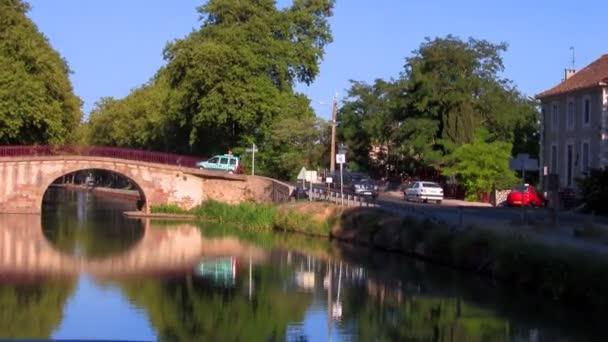 lodní plachty pod mostem