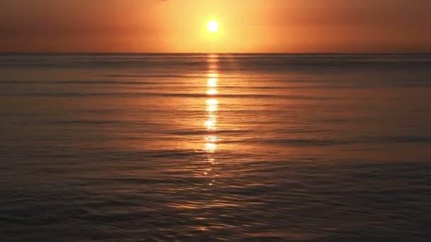 východ slunce nad mořem, klidné krajině