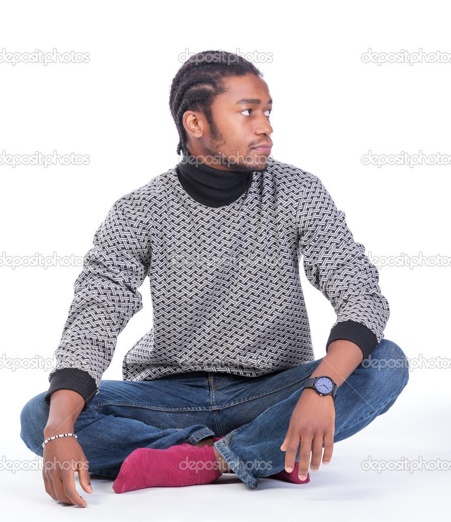 地面に座っている若いアフリカ系アメリカ人男性 — ストック写真