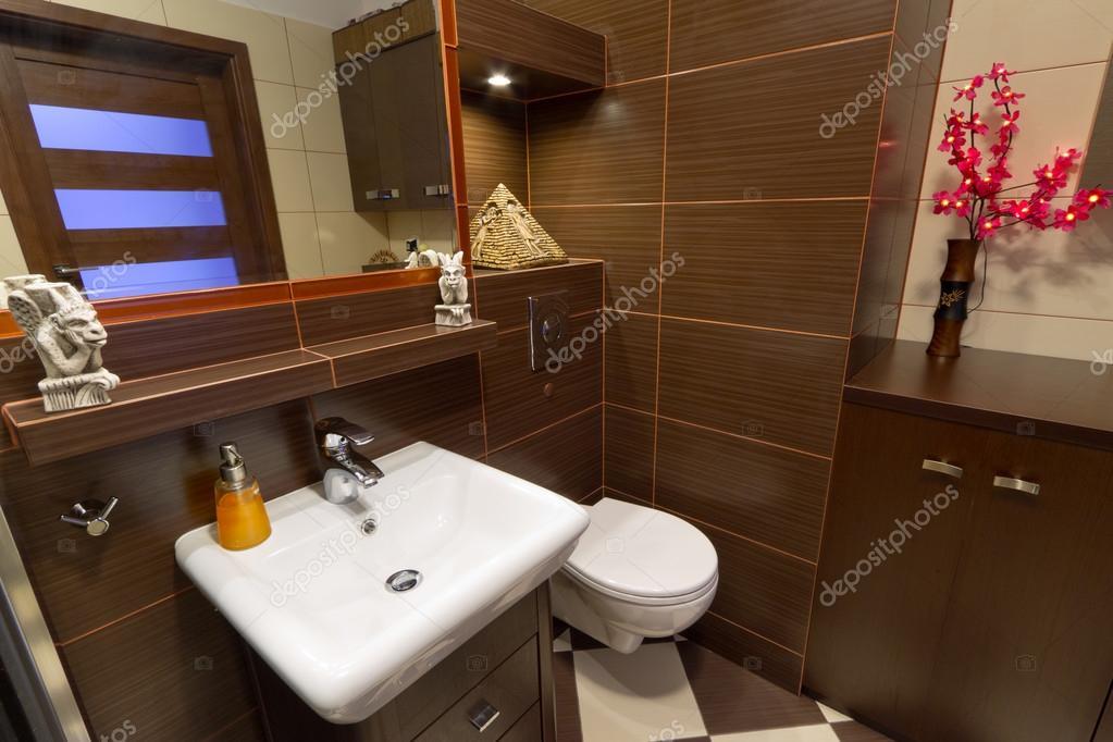 Salle de bains moderne marron — Photographie Patryk_Kosmider ...