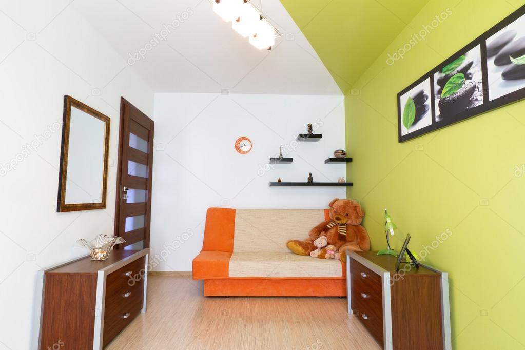 Cameretta Bianca E Verde : Camera da letto bianco e verde con divano arancia u foto stock