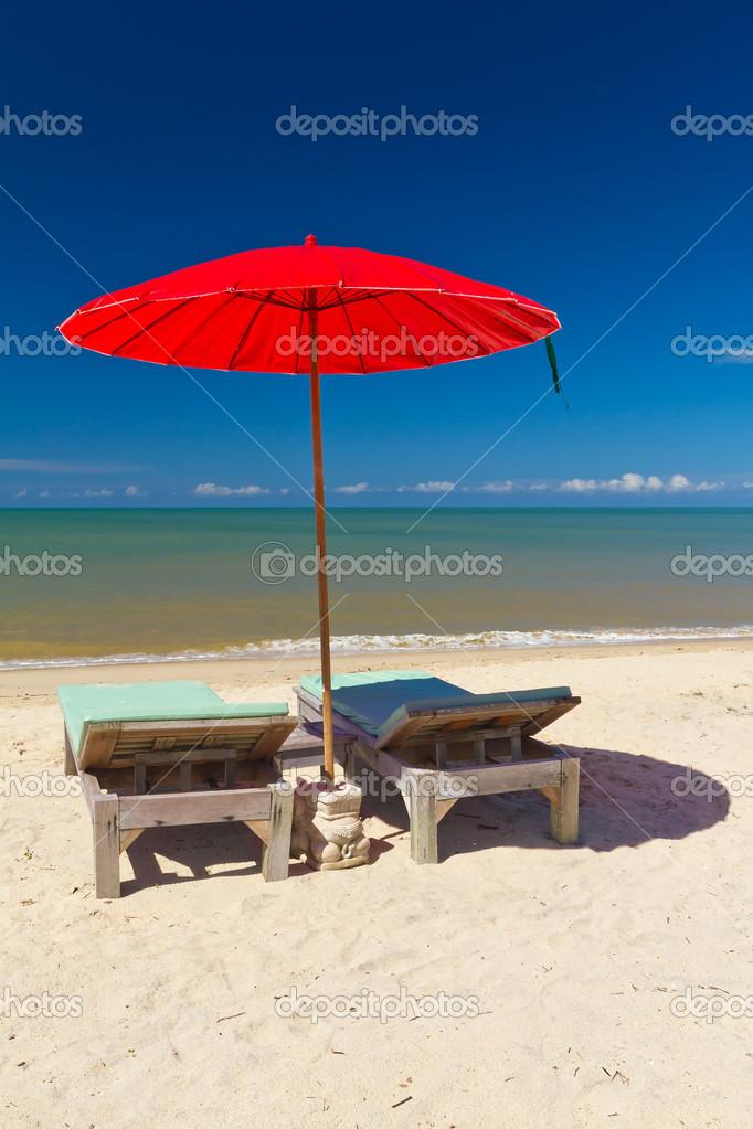 Strandstoel En Parasol.Rode Parasol Met Strandstoel Op Het Tropisch Strand