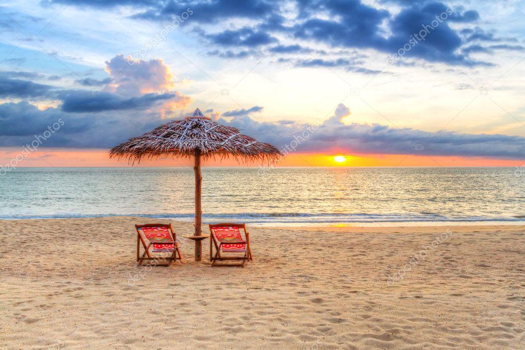 Atardecer bajo la sombrilla en la playa fotos de stock - Sombrilla playa ...