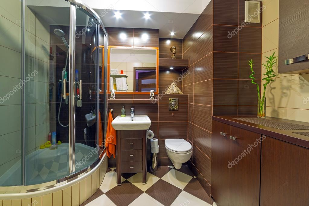 Salle de bains moderne marron et beige — Photographie ...