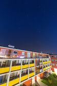 Fotografie glänzend Sternen über Appartementhaus