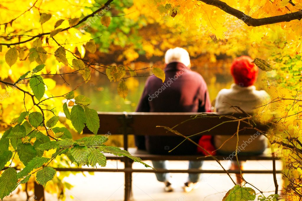 Фотообои Старший пара, сидя на скамейке
