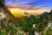 Schloss Neuschwanstein in den bayerischen Alpen bei Sonnenuntergang
