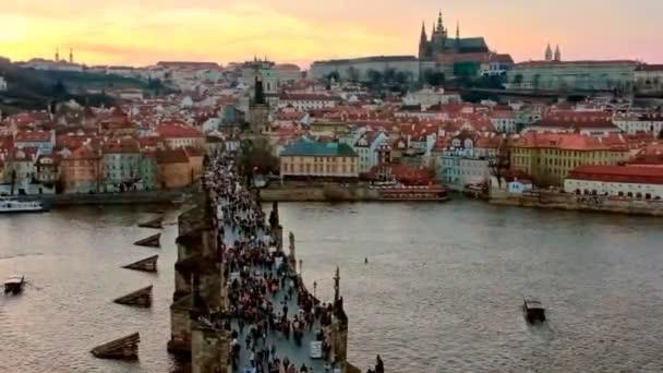 Karlův most a Pražský hrad na večer