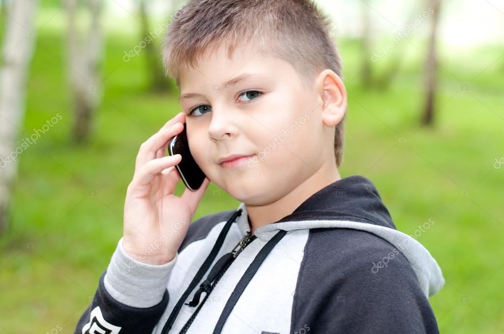 Bebe Hablando Por Telefono: Niño Hablando Por Un Teléfono Celular En El Parque