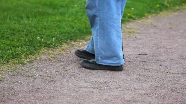 a lábak, egy öreg ember megy mezítláb a fűben