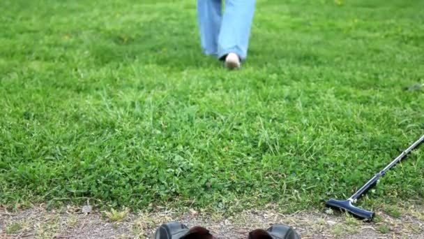a lábak, egy öreg ember kimegy mezítláb a fűben