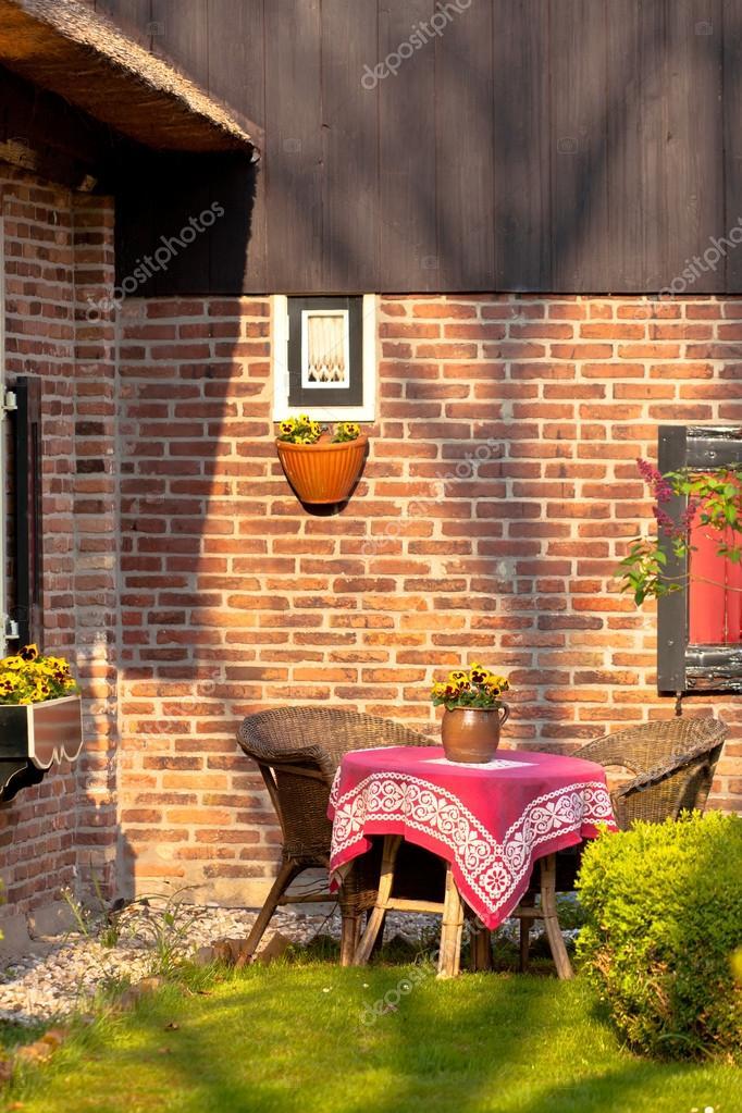Rieten Ronde Tafel.Rieten Stoelen En Ronde Tafel In De Tuin Stockfoto C Dvoevnore