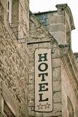 Hotel znamení na staré kamenné budově