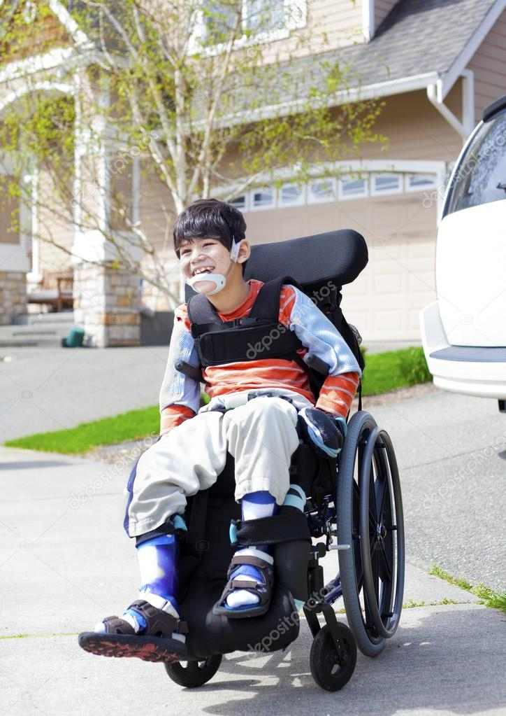 Feliz poco discapacitado a ni o en silla de ruedas foto - Silla para estudiar ...